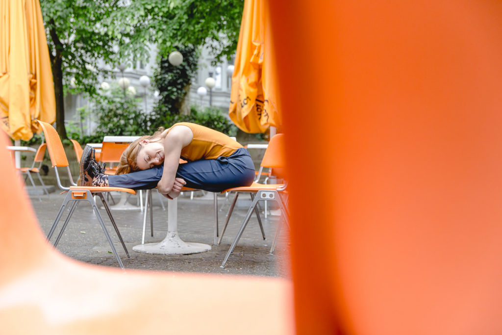 Outdoor Yoga Asana in einem Straßencafe in Köln
