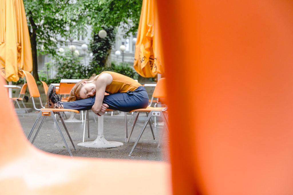 Outdoor Yoga Asana in einem Straßencafe in Köln