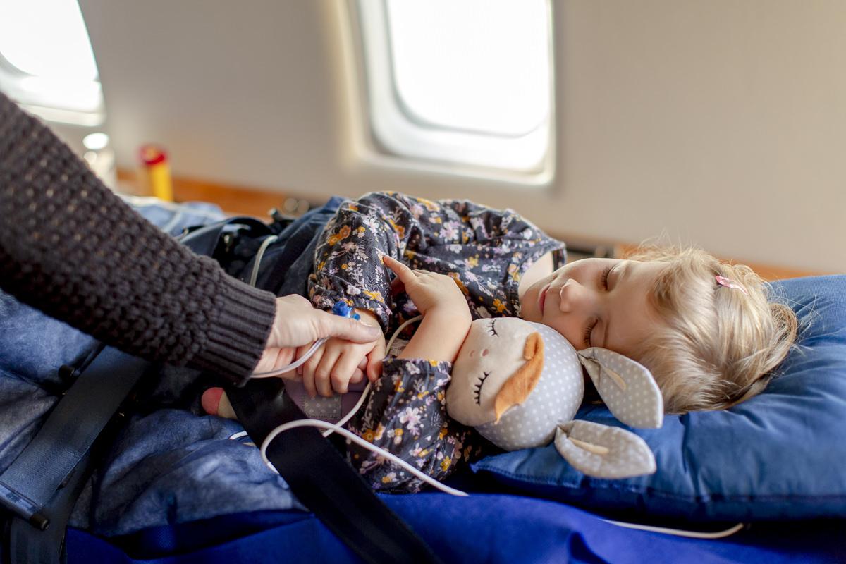 Corporate Foto eines Krankentransports in einem medizinischen Flugzeug der Firma Air Alliance Medflight GmbH | fotografiert von Hanna Witte