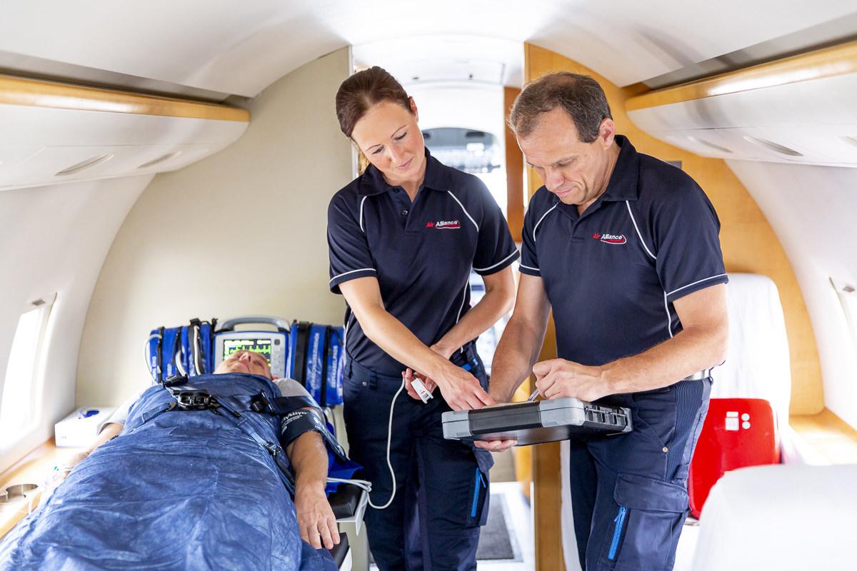 Corporate Foto von 2 Mitarbeitern während eines Ambulanzfluges der Firma Air Alliance Medflight GmbH | fotografiert von Hanna Witte