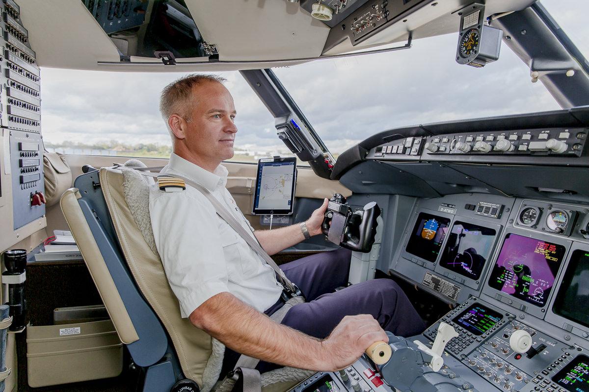 Corporate Foto des Piloten eines Ambulanzflugzeuges der Firma Air Alliance Medflight GmbH | fotografiert von Hanna Witte