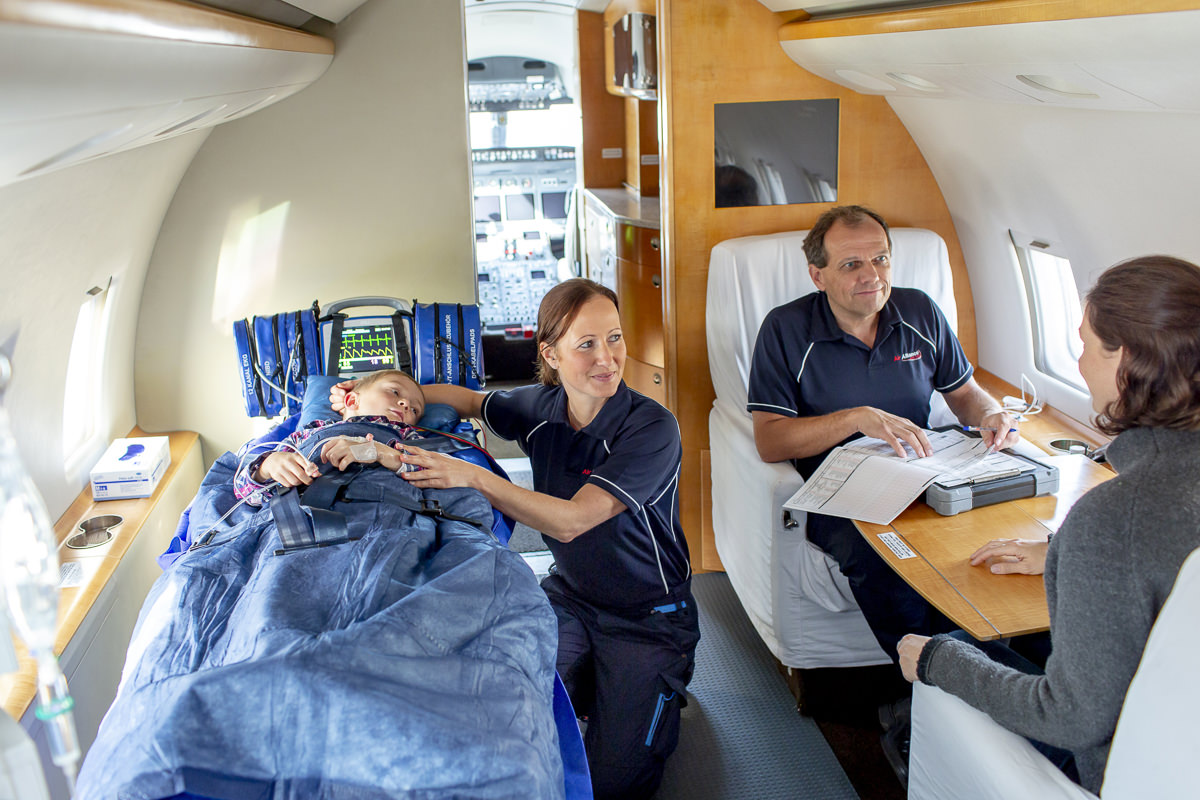 Corporate Foto der medizinischen Crew der Firma Air Alliance Medflight GmbH während ihrer Arbeit in einem Ambulanzflugzeug | fotografiert von Hanna Witte