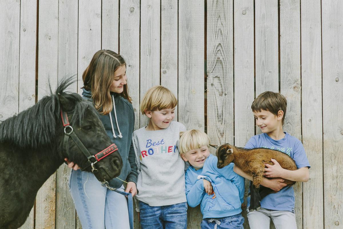 Kinder mit einem Pony und einer kleinen Ziege des Familienhotels Ottonenhof | Foto: Hanna Witte
