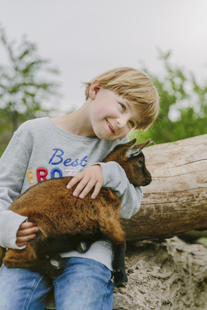ein Kind mit einer Baby Ziege auf dem Ottonenhof im Sauerland | Foto: Hanna Witte