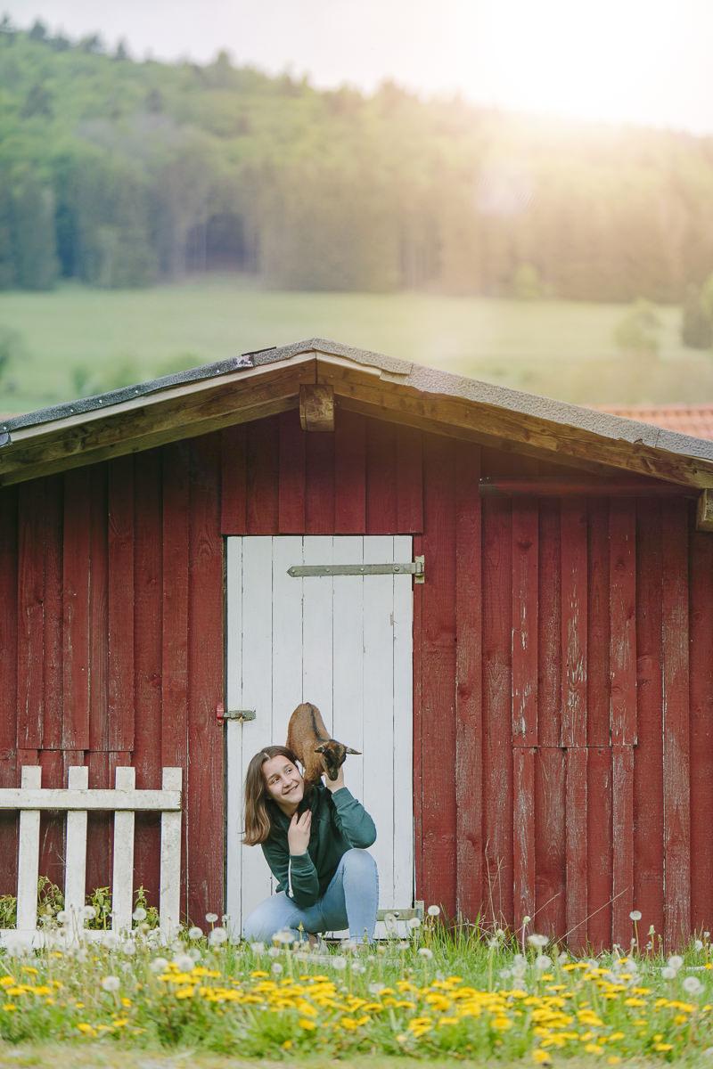 eine kleine Ziege sitzt auf der Schulter eines Mädchen | Foto: Hanna Witte