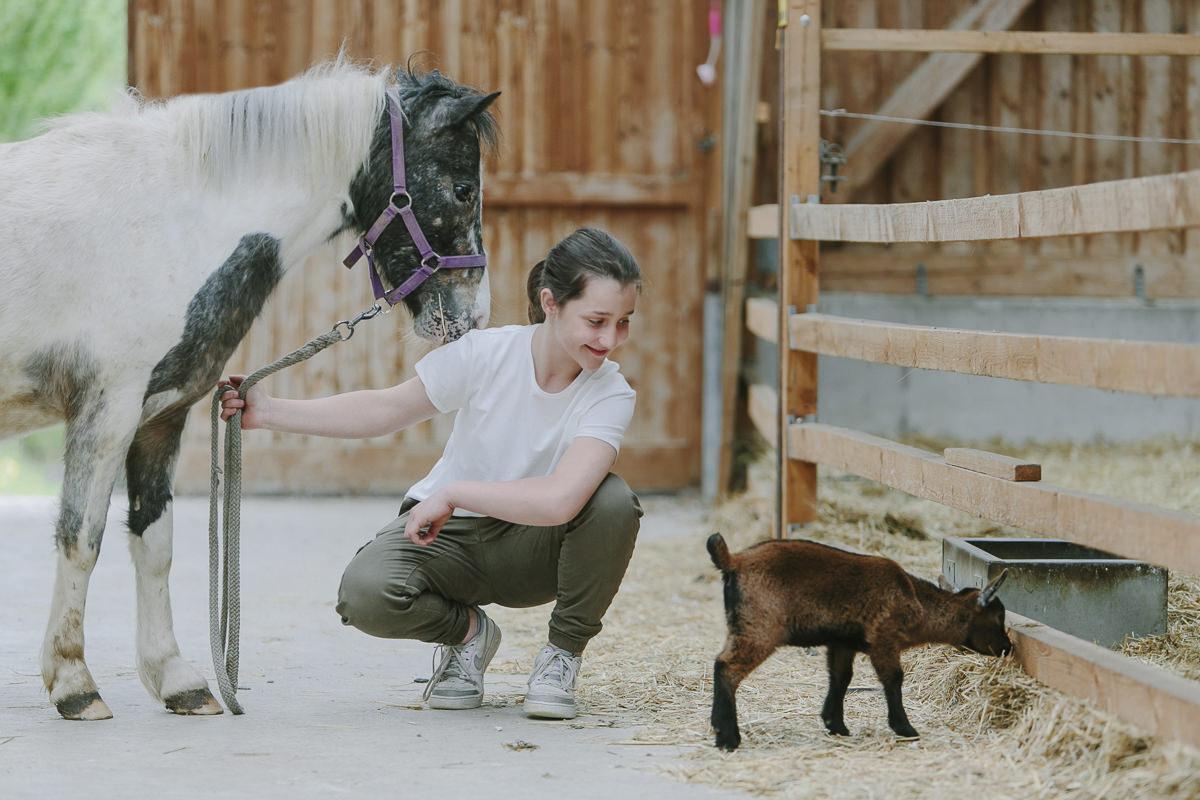 Foto von einem Mädchen mt Tieren des Bauernhofs vom Kinderhotel Ottonenhof | Foto: Hanna Witte