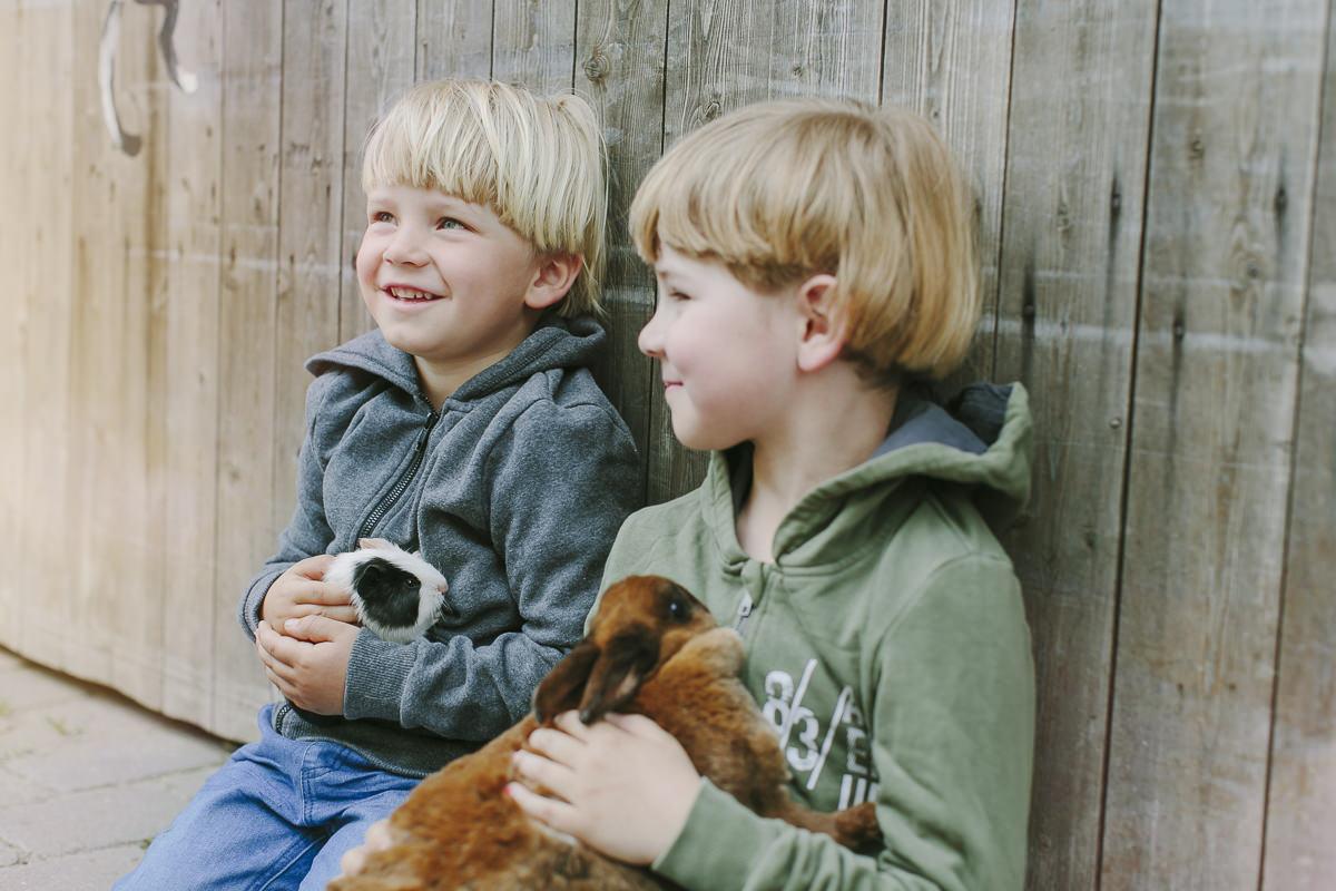 Kinder halten Tiere des Streichelzoos des Ottonenhof im Arm | Foto: Hanna Witte