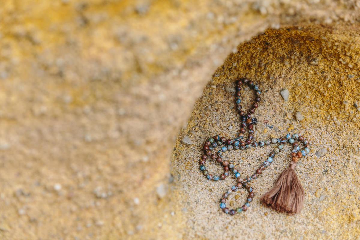 Foto einer Mala Yoga Kette am Strand von Portugal | Foto: Hanna Witte