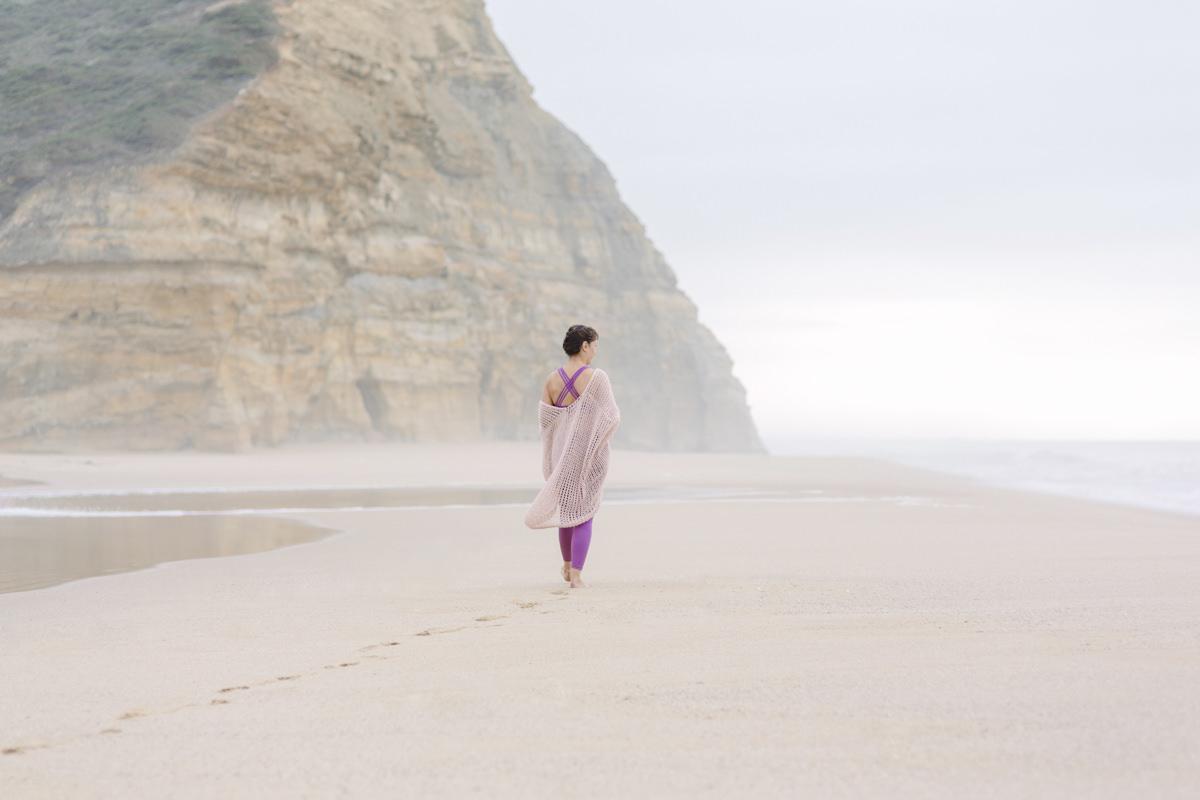 Portraitfoto von Yogalehrerin und Aromatherapeutin Christine Mack am Strand von Portugal | Foto von Hanna Witte
