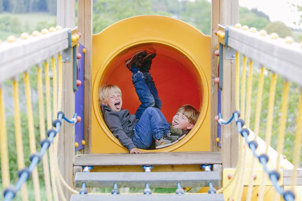 Kinder spielen auf dem Spielplatz des Familienhotels Ottonenhof im Sauerland | Foto: Hanna Witte