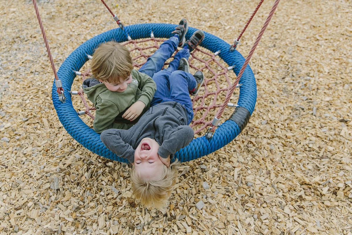 Kinder spielen auf dem Spielplatz des Kinderhotels Ottonenhof im Sauerland | Foto: Hanna Witte
