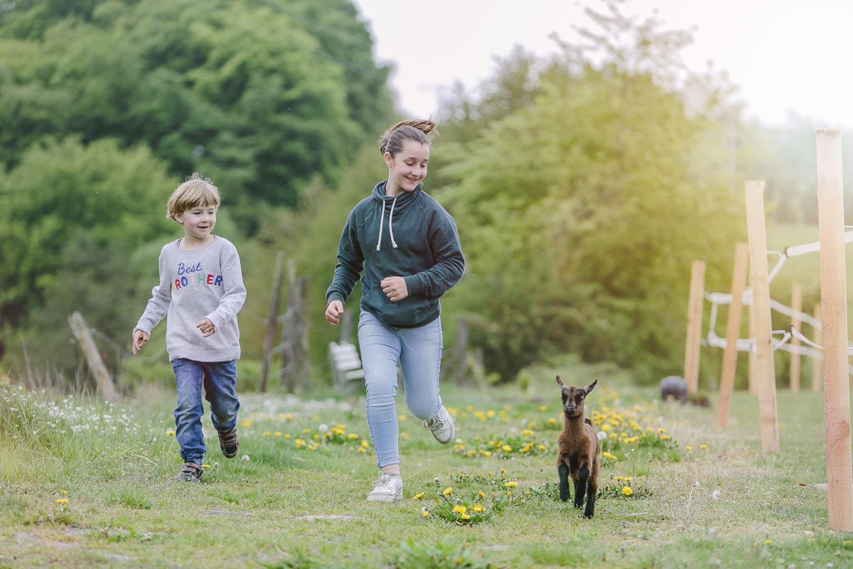Kinder laufen mit einer kleinen Ziege auf dem Ottonenhof im Sauerland | Foto: Hanna Witte