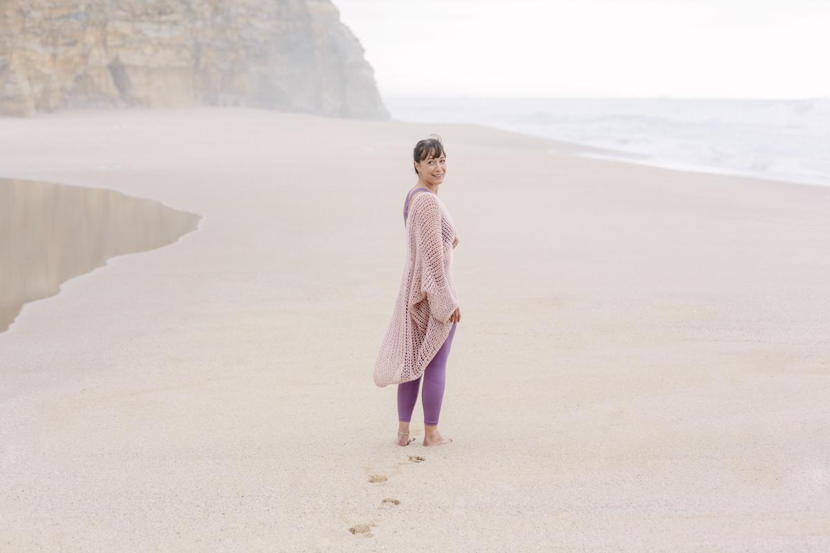 Portraitfoto von Yogalehrerin Christine Mack am Strand von Portugal | Foto: Hanna Witte