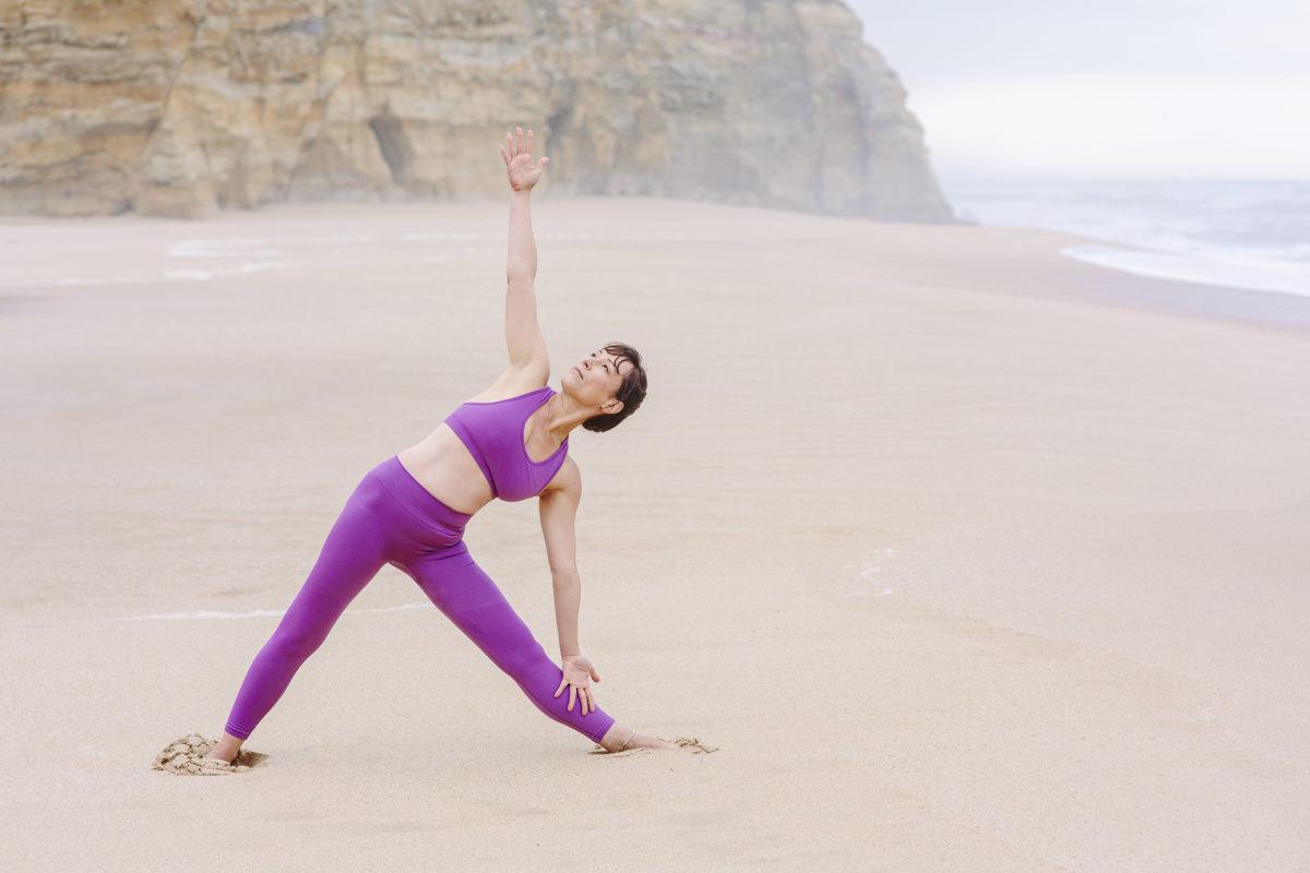 Yogalehrerin Christine Mack macht ein Asana am Strand von Ericeira in Portugal | Foto: Hanna Witte