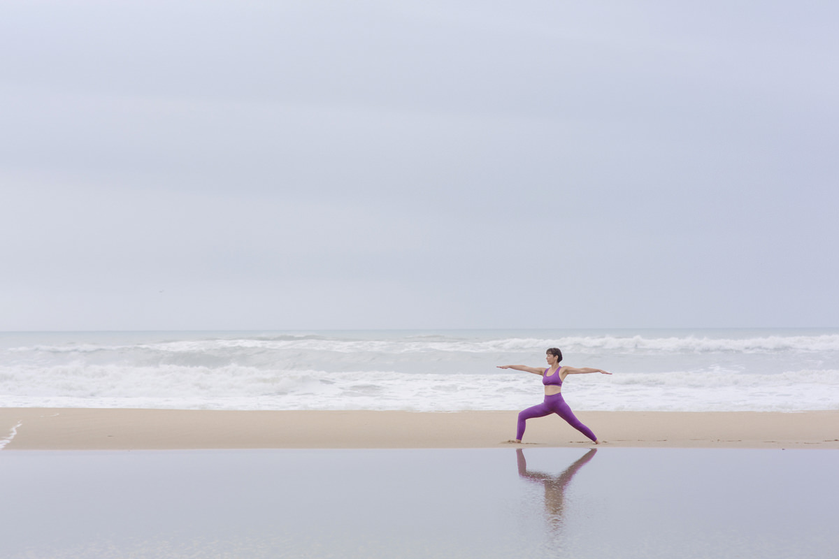 Yoga-Foto von einer Yogalehrerin bei einem Yoga Asana am Meer von Portugal | Foto: Hanna Witte
