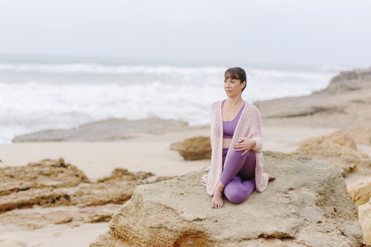 Yoga Portrait von Yogalehrerin Christine Mack am Meer von Portugal | Foto von Hanna Witte