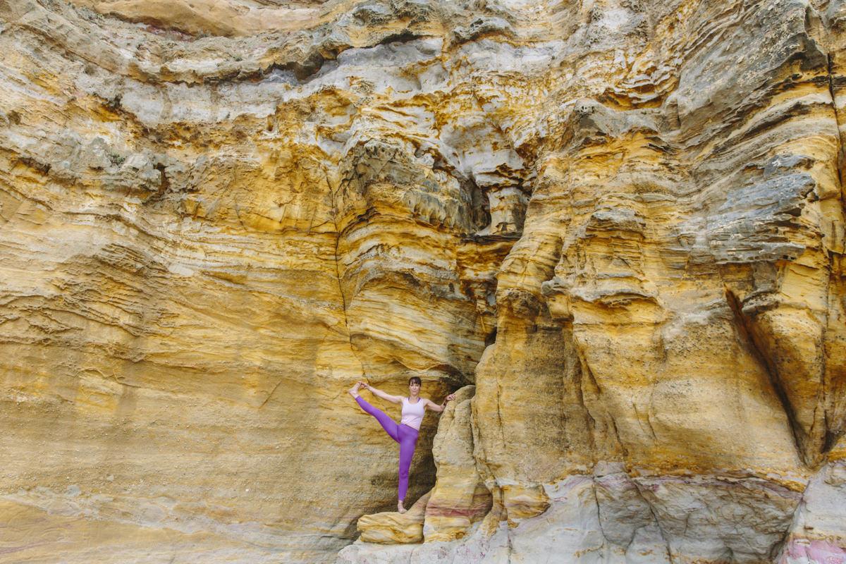 Yoga-Foto von Yogalehrerin Christine Mack an einer Klippe am Strand von Portugal | Foto von Hanna Witte
