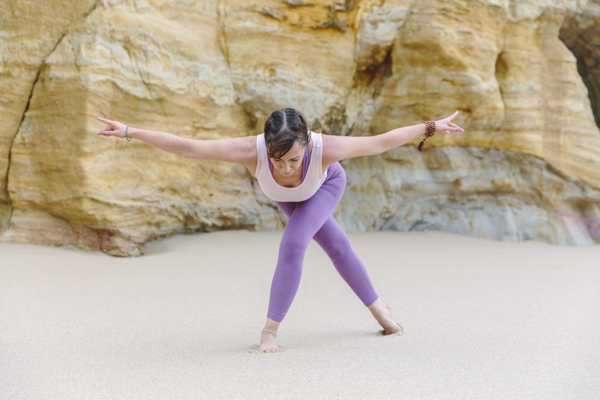 Yogalehrerin Christine Mack bei einem Yoga Asana am Strand von Portugal