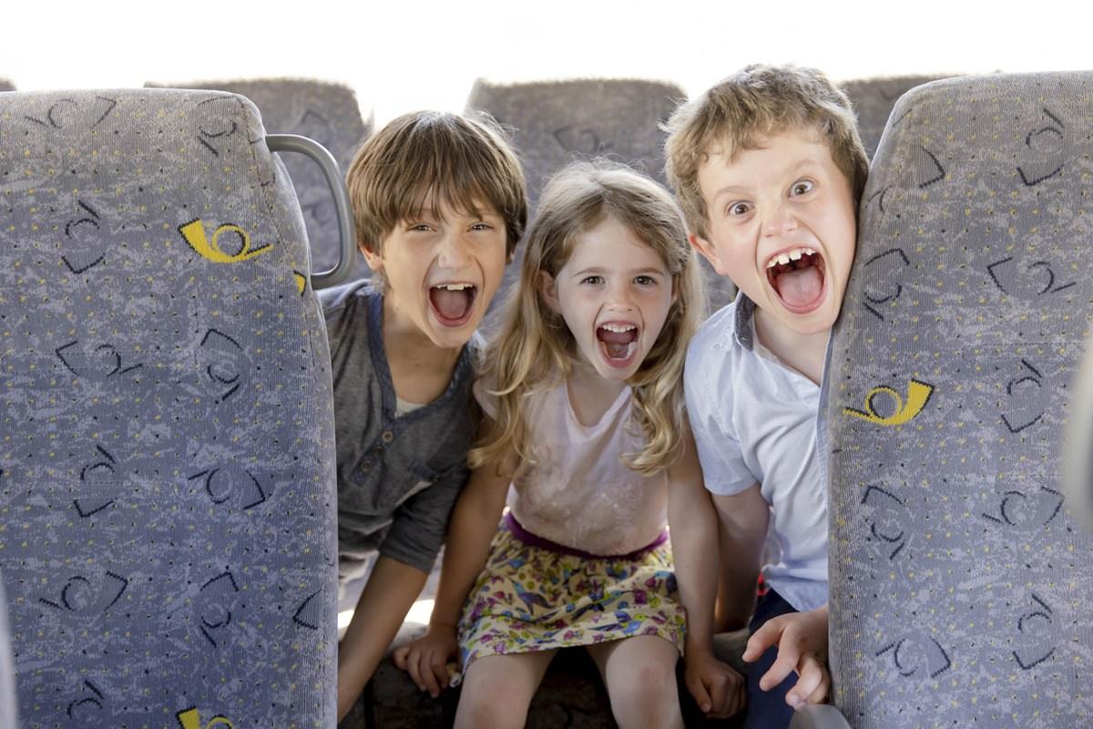Kinder schreien vor Freude in einem Ferienbus | Foto: Hanna Witte