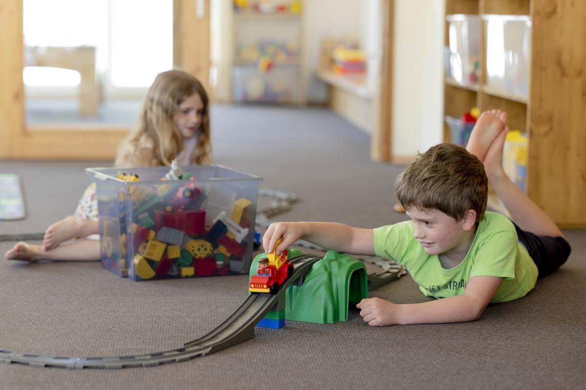 Kinder spielen im Indoor Bereich des Familienhotels Ottonenhof | Foto: Hanna Witte