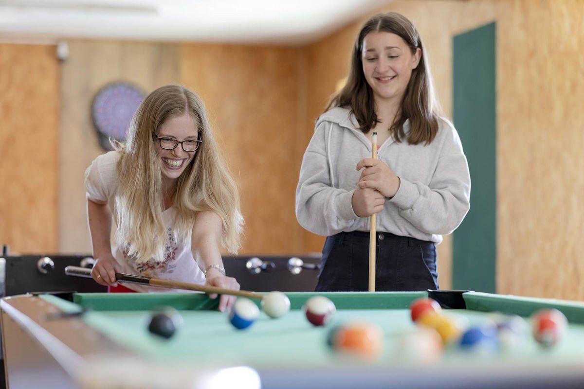 eine Familie spielt Billard im Indoor Bereich des Familienhotels Ottonenhof | Foto: Hanna Witte