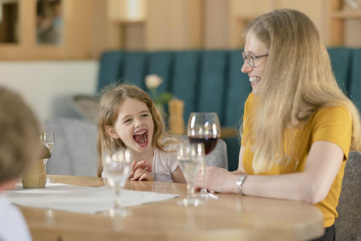 eine Familie beim gemeinsamen Essen im Familienhotel Ottonenhof | Foto: Hanna Witte