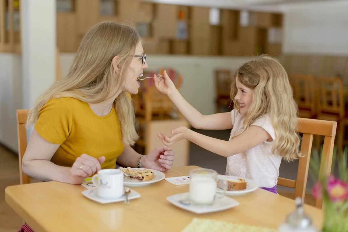 Mutter und Tochter beim Kuchen essen im Familienhotel Ottonenhof | Foto: Hanna Witte