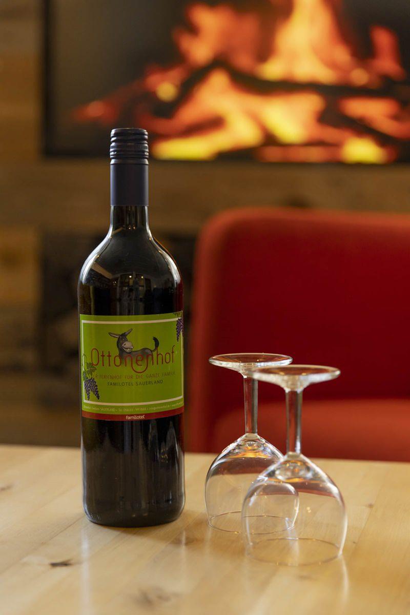 Kaminecke mit hauseigenem Wein im Familienhotel Ottonenhof | Foto: Hanna Witte