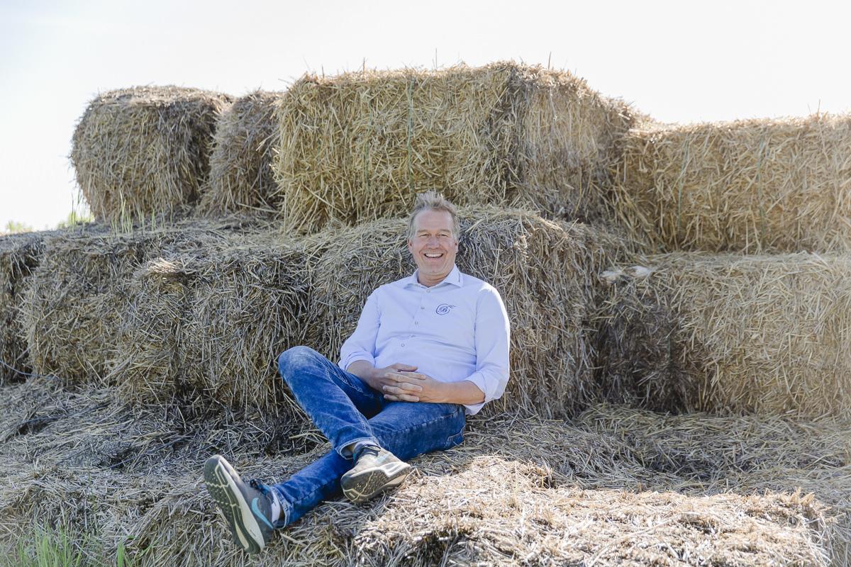 Foto des Inhabers des Familienhotels Bauer Martin beim Entspannen im Heu | Foto: Hanna Witte