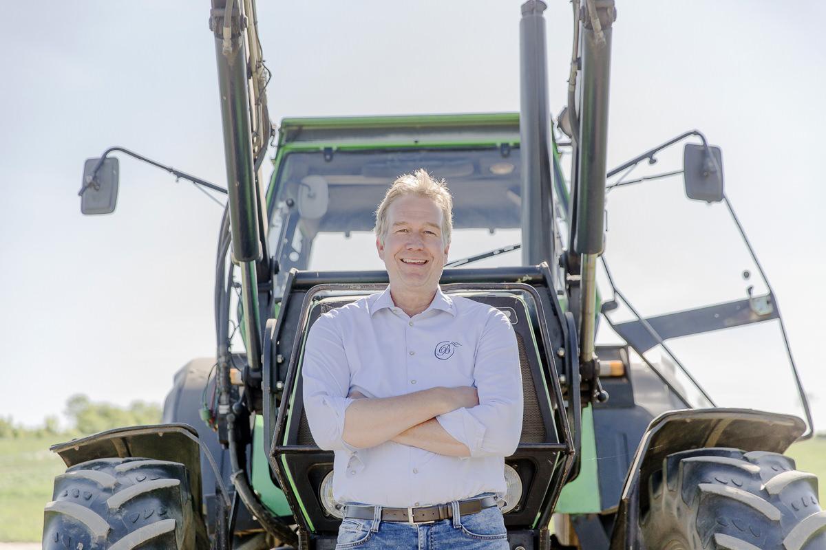 Foto des Inhabers des Kinderhotels Bauer Martin vor seinem Traktor | Foto: Hanna Witte