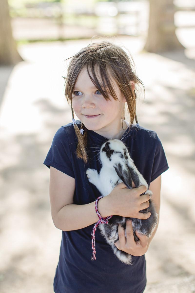 Foto von einem Kind mit einem Kanninchen beim Familienurlaub auf dem Ferienhof Bauer Martin | Foto: Hanna Witte