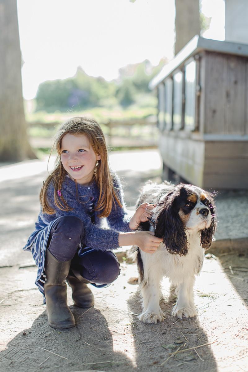 Foto von einem Kind mit dem Hund des Familienhotels Bauer Martin | Foto: Hanna Witte