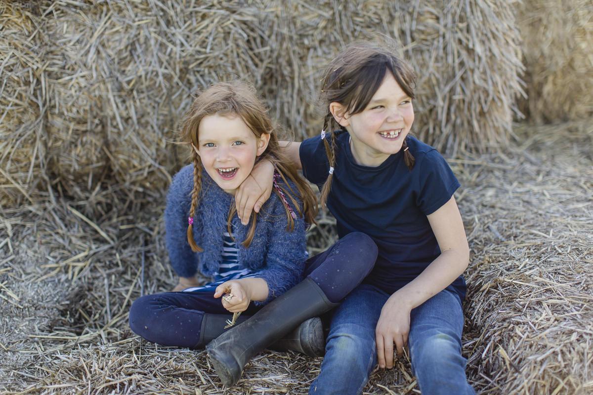 Foto von zwei Mädchen im Stroh auf dem Ferienhof Bauer Martin | Foto: Hanna Witte