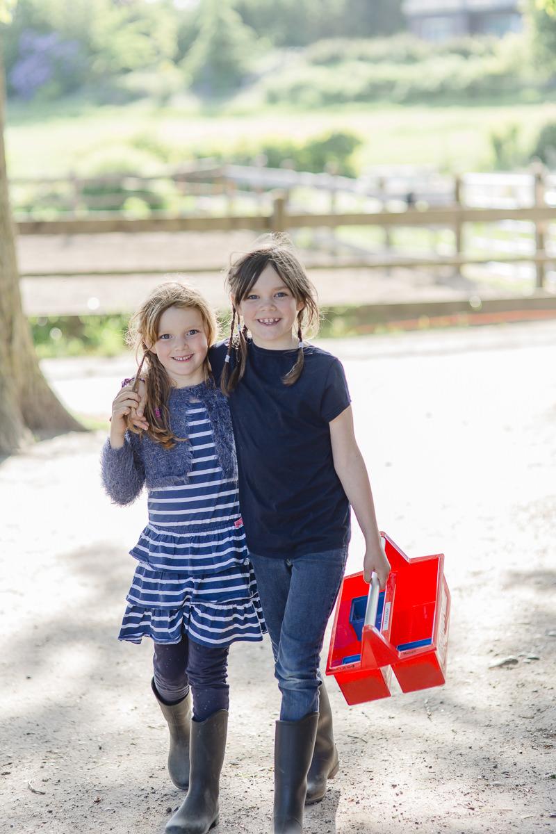 Foto von zwei Kindern auf dem Bauernhof des Familienhotels Bauer Martin | Foto: Hanna Witte