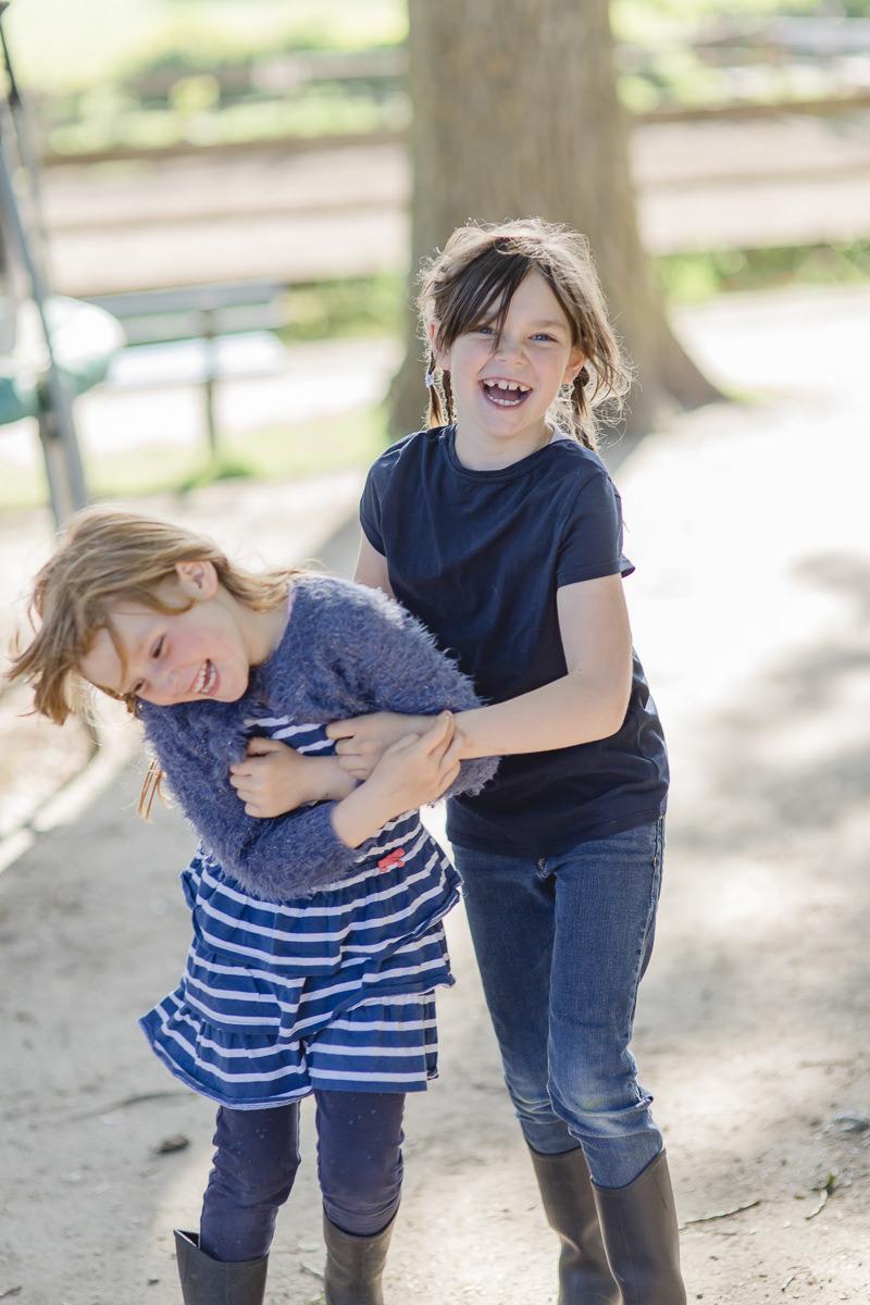 Foto von zwei Kindern beim ausgelassenen Spielen im Kinderhotel Bauer Martin