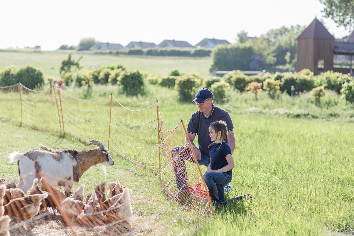 Foto von einem Vater mit seiner Tochter auf dem Bauernhof des Familienhotels Bauer Martin | Foto: Hanna Witte