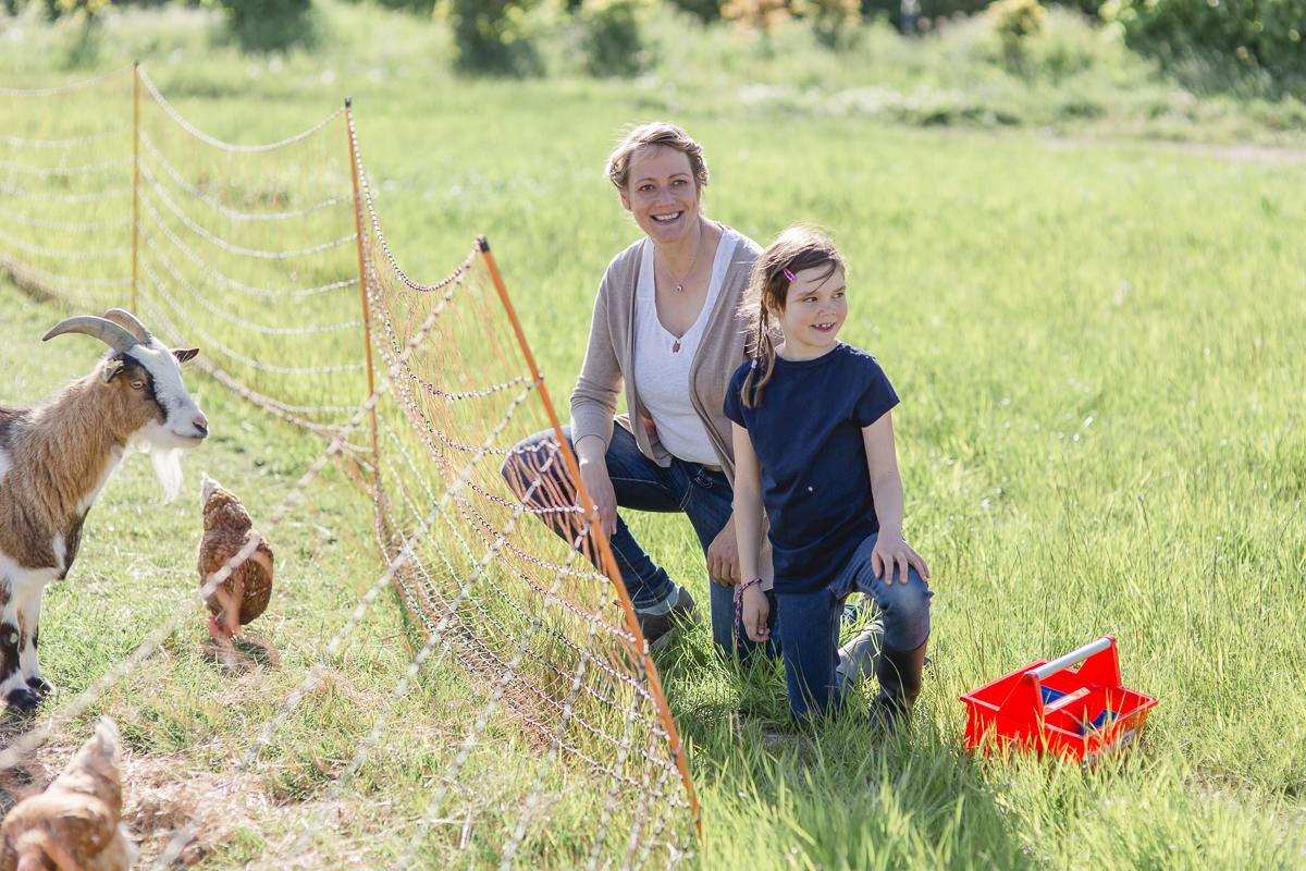 Foto von einer Mutter mit ihrer Tochter beim Ziegen füttern auf dem Ferienhof Bauer Martin | Foto: Hanna Witte