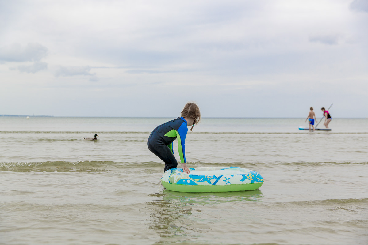 Foto von einem Kind beim Spielen in der Ostsee | Foto: Hanna Witte