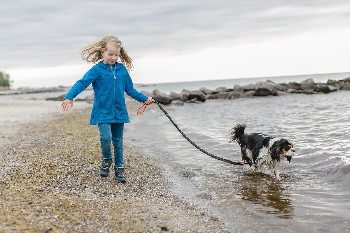 Foto von einem Kind beim Spaziergang mit einem Hund an der Ostsee | Foto: Hanna Witte