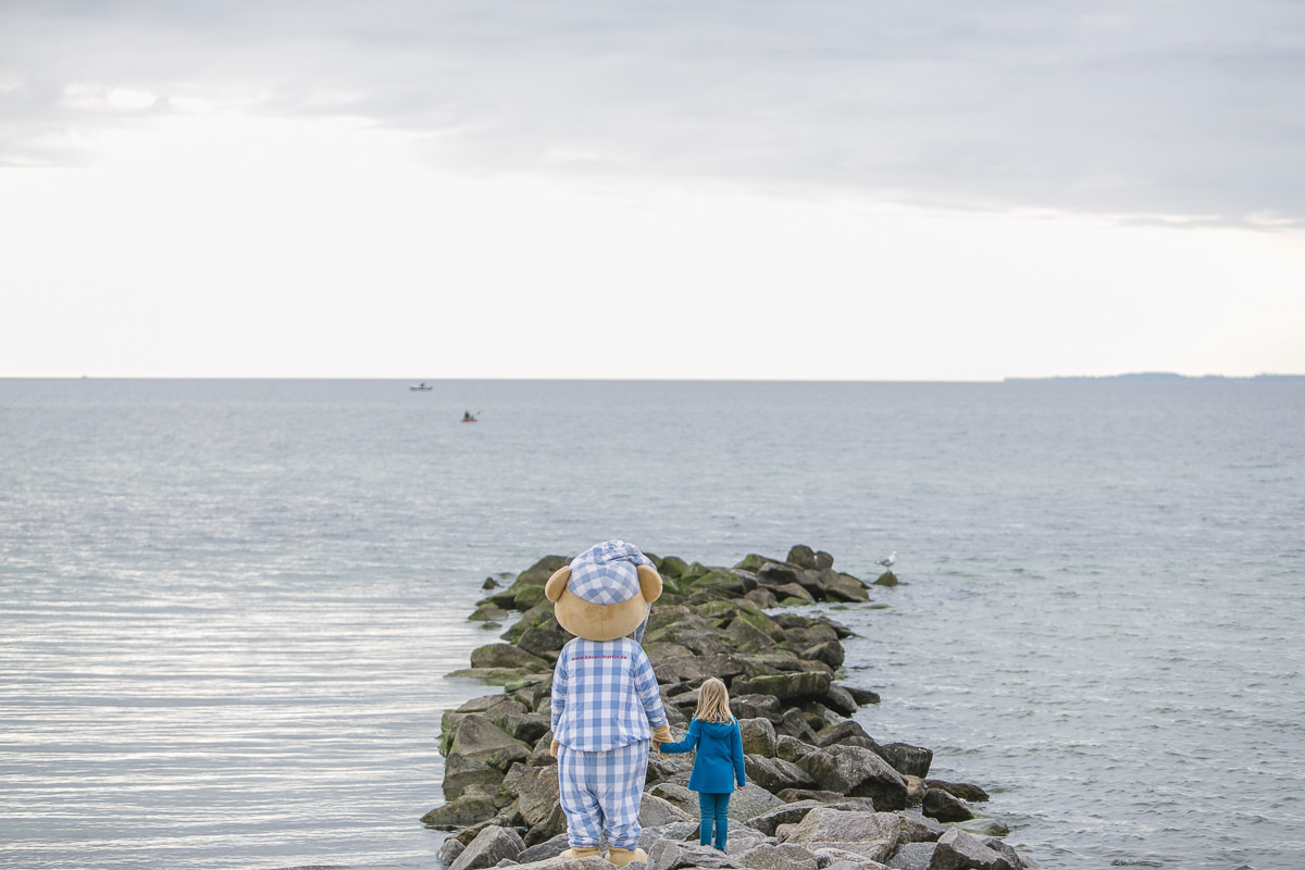 Foto vom Maskottchen des Familienhotels Bauer Martin mit einem Kind an der Ostsee | Foto: Hanna Witte