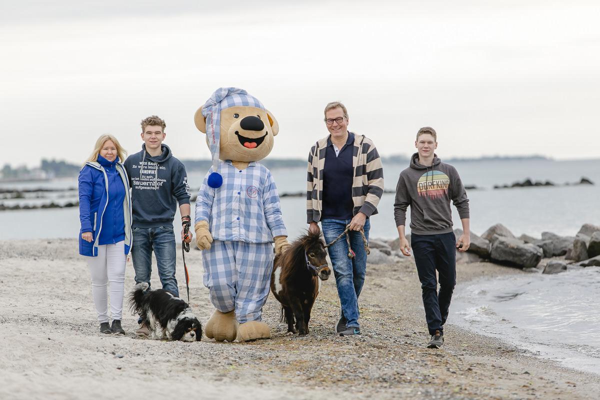 Foto der Familie Bendfeldt, Inhaber des Familienhotels Bauer Martin, am Strand der Ostsee mit Maskottchen, Hund und Pony | Foto: Hanna Witte