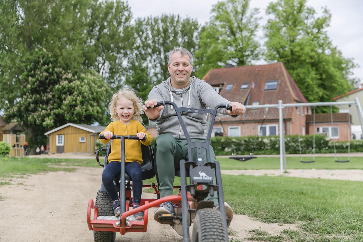 Foto von Vater und Kind beim Spielen im Kinderhotel Bauer Martin | Foto: Hanna Witte