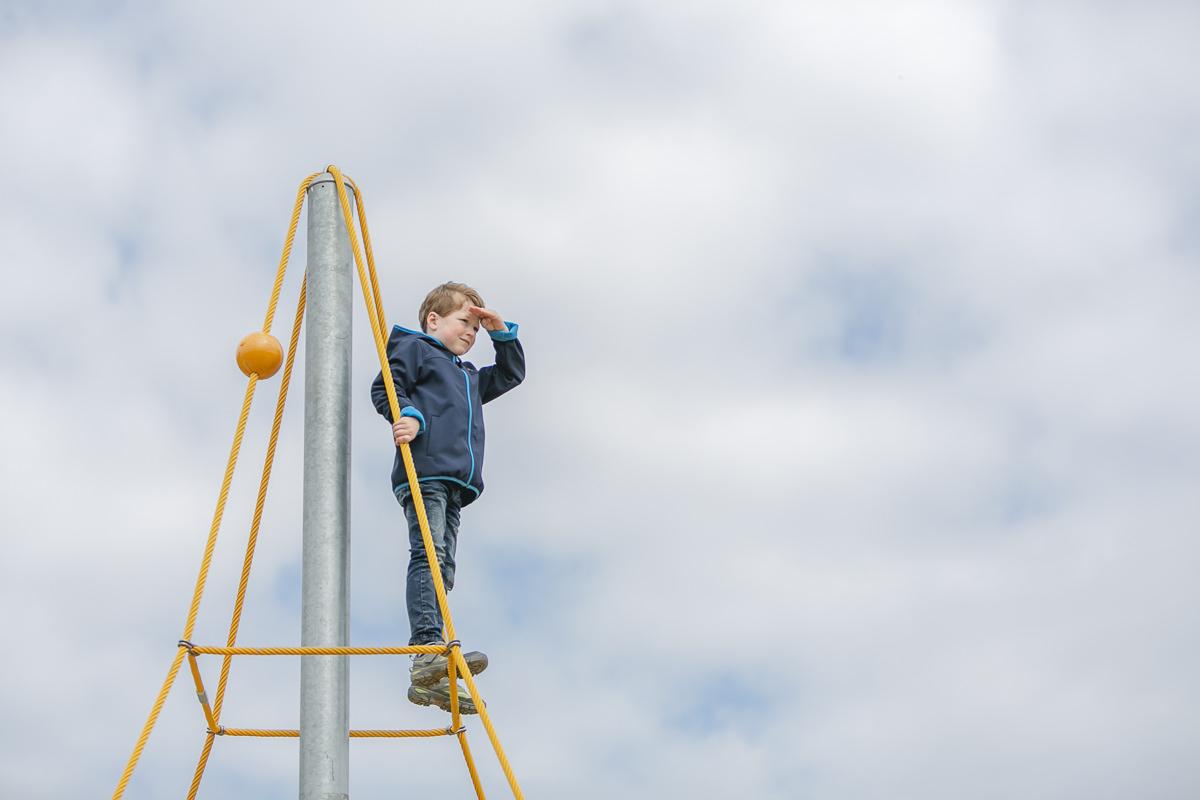 Foto von einem Kind beim Spielen auf einem Klettergerüst des Ferienhofs Bauer Martin | Foto: Hanna Witte
