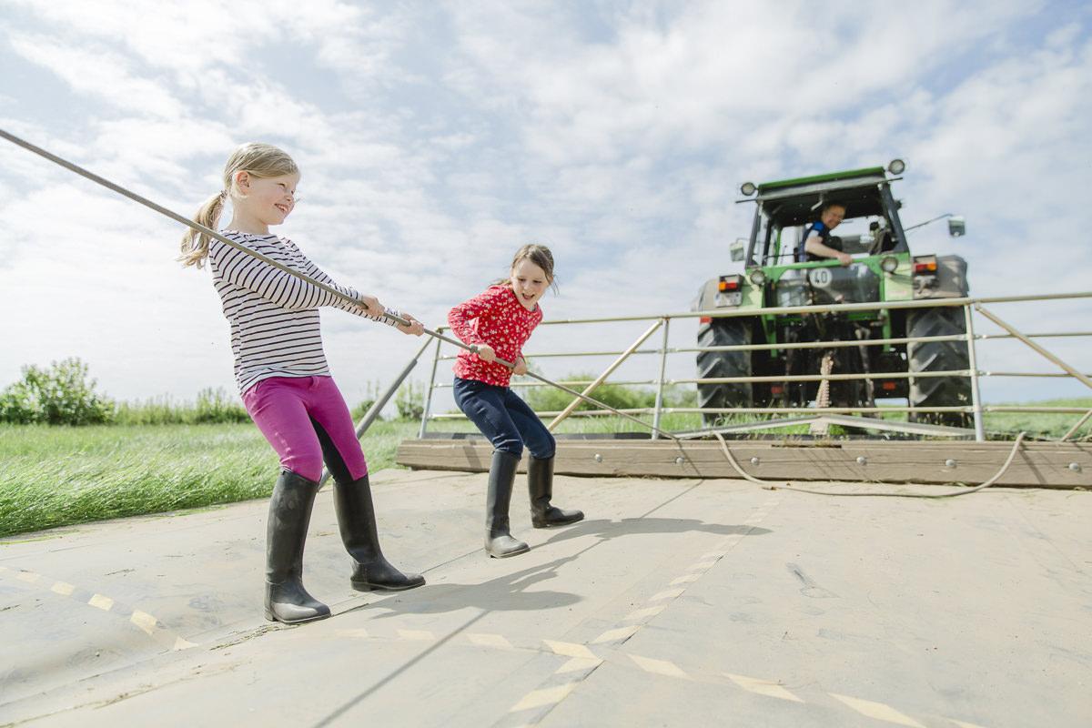 Foto von Kindern beim Traktor ziehen auf dem Ferienhof Bauer Martin | Foto: Hanna Witte