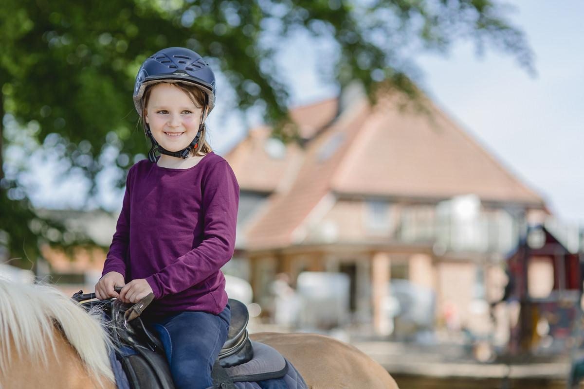Foto von einem Kind beim Reiten auf dem Ferienhof Bauer Martin | Foto: Hanna Witte
