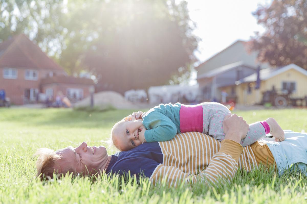 Foto von einem Vater mit seinem Kind beim Familienurlaub auf dem Bauernhof | Foto: Hanna Witte