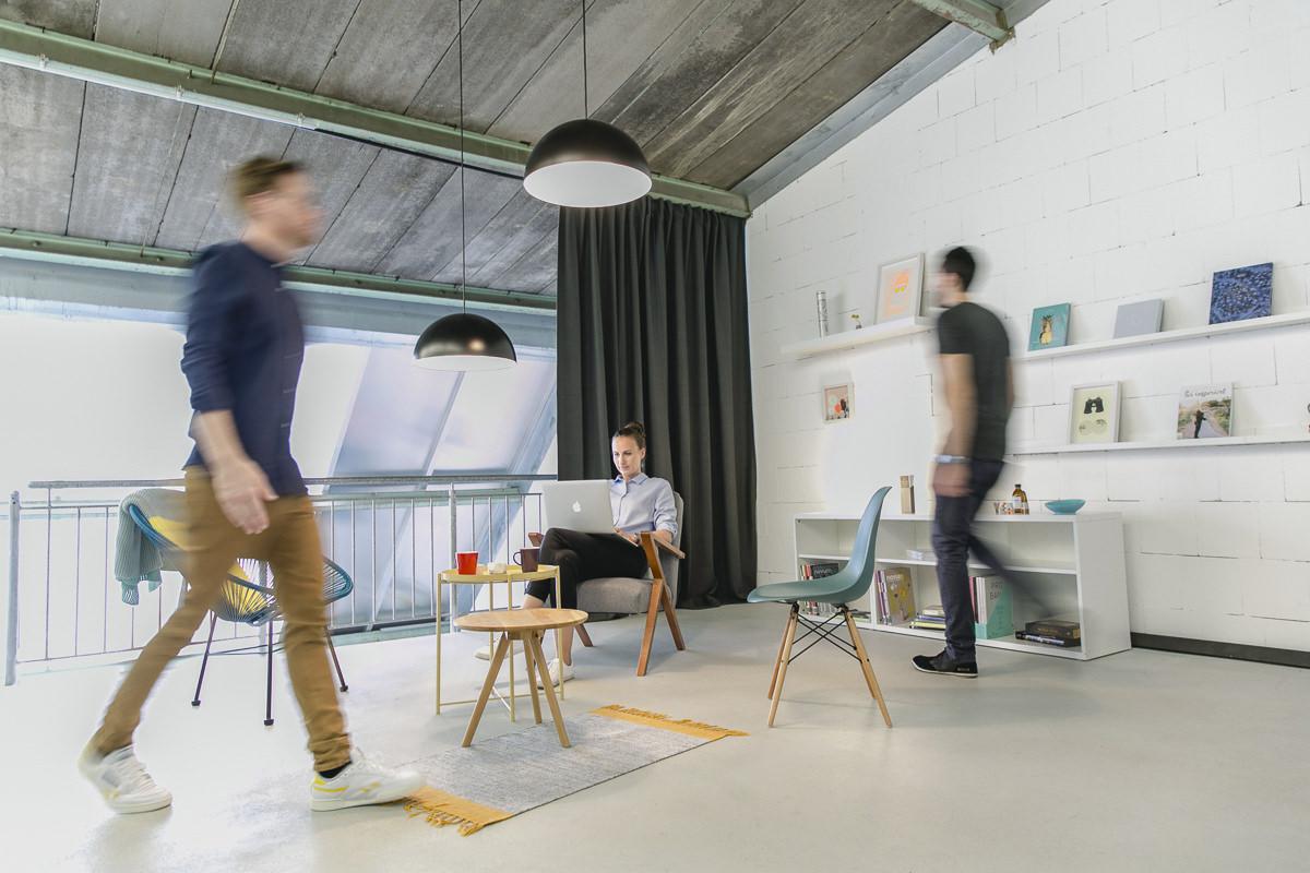Corporate Foto der Mitarbeiter einer Kölner Design Agentur bei der Arbeit | Foto: Hanna Witte
