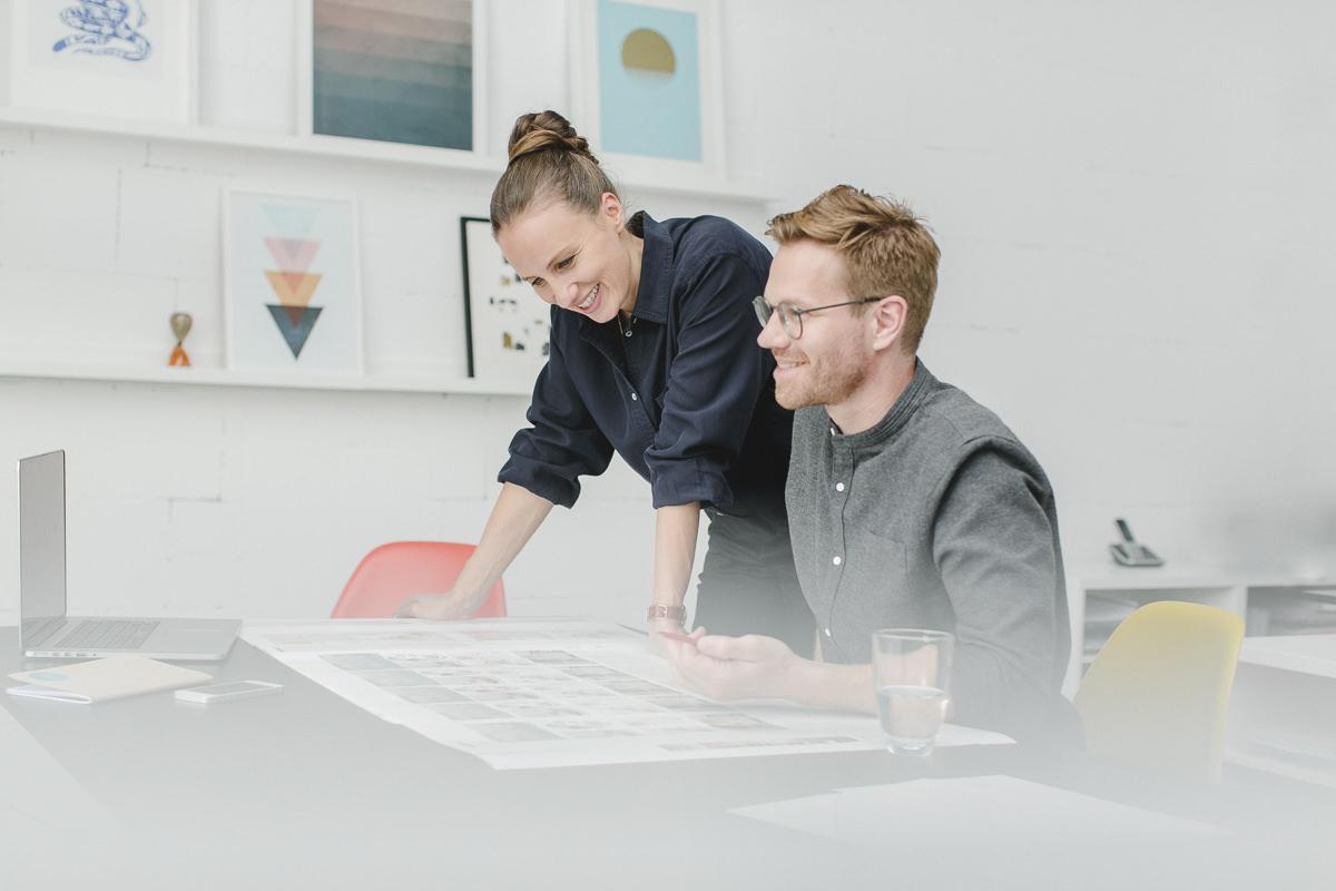 Corporate Foto der Inhaber einer Design Agentur bei der Arbeit | Foto: Hanna Witte