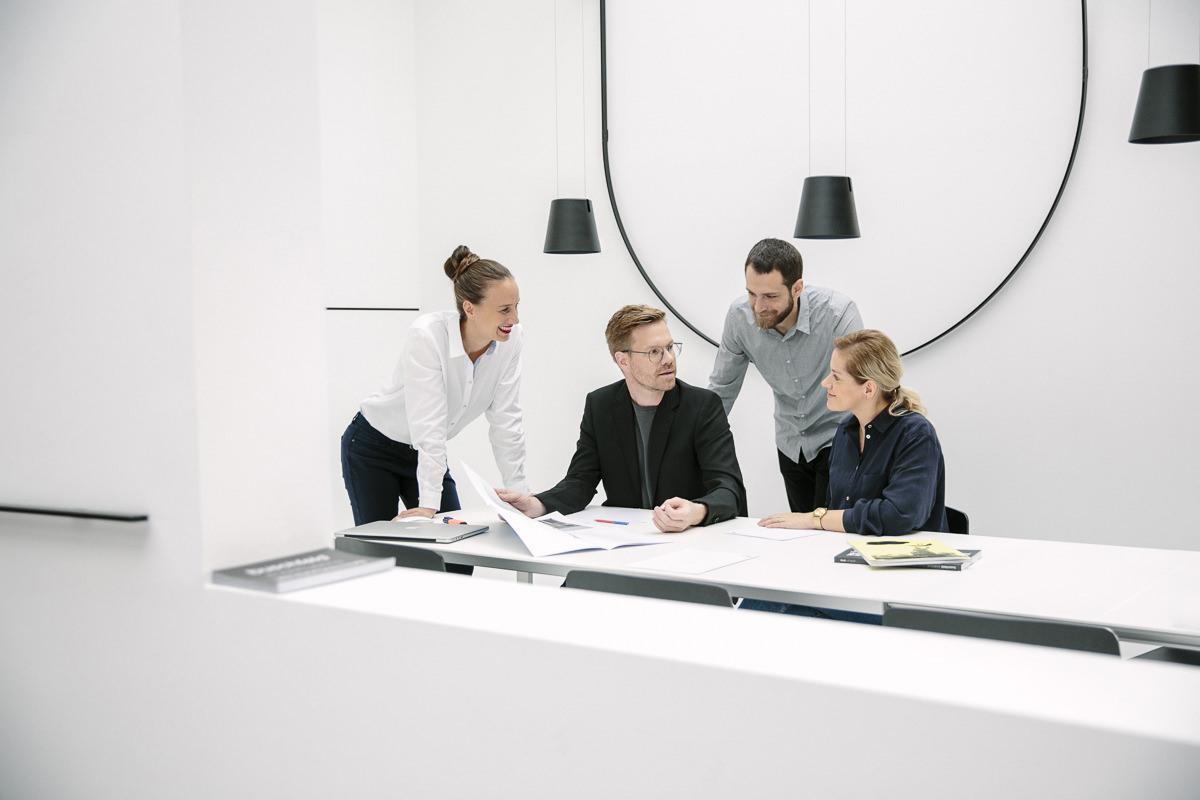 Corporate Foto der Mitarbeiter der Design Agentur vrej bei einer Besprechung | Foto: Hanna Witte, Köln