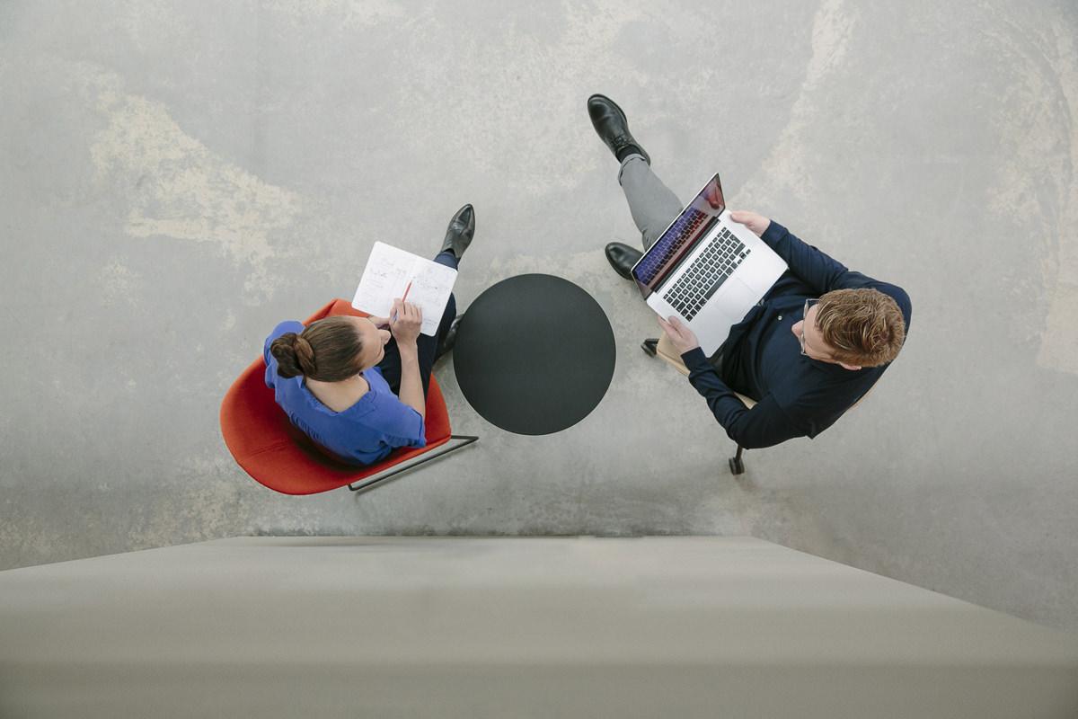 von oben aufgenommenes Corporate Foto der Inhaber einer Design Agentur bei der Arbeit | Foto: Hanna Witte